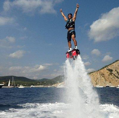 Un cliente disfrutando del flyboard