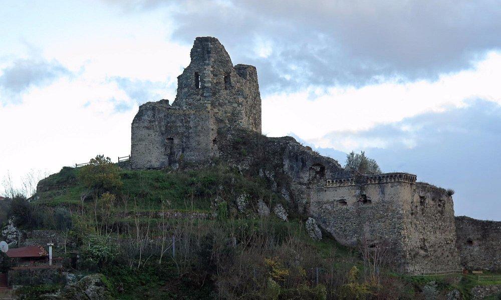 Вид на замок с гор за городом