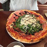 Pizza mit Parmaschinken u Rucola