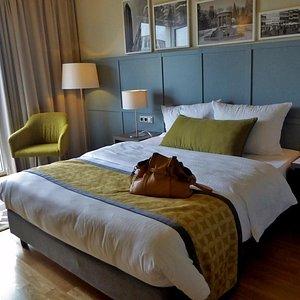 Großes Zimmer mit komfortabelem Bett