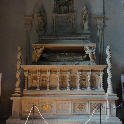 Arnolfo di Cambio. Monumento del vescovo De Braye.