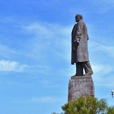 В.И. Ленин возвышается над окрестностями