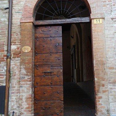 la porta di accesso al chiostro