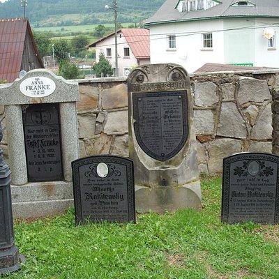Stele na cmentarzu