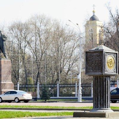 """""""Нулевой километр"""" гомеля, на заднем плане площадь Ленина и парк."""