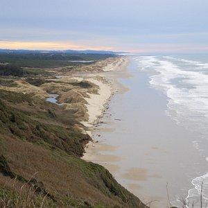 這是一個非常長的沙灘,白雪的沙,及無限的太平洋,從101公路上的山丘觀看,才能看到全貎。
