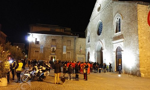 in attesa della partenza della processione del Corpus domini dal sagrato antistante la chiesa