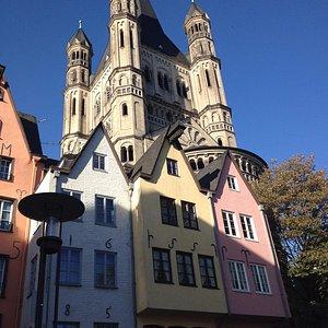 chiesa di san martino e case colorate