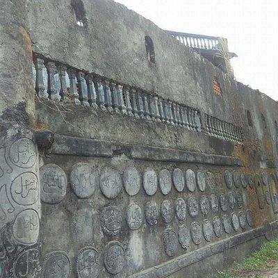 Dinding Seperti Benteng..
