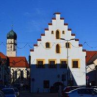 """Stadtpfarrkirche ,,Mariae Himmelfahrt"""" (слева на панораме)"""