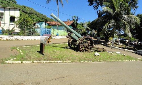 Canhão antigo perto da sede administrativa