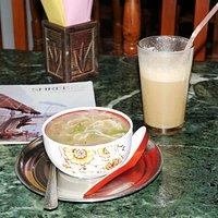Варанаси. Ужин в вегетарианском кафе Shree. Суп с лапшой, помидорами и перцем. Холодный кофе с м