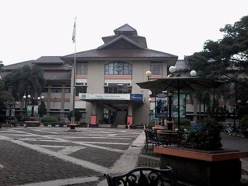 Taman Edukasi terletak di depan kantor Terminal Bus