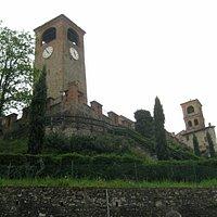 vista della torre da sotto le mura