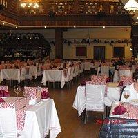 Основной зал-красиво,вкусно и недорого.Очень вежливо.