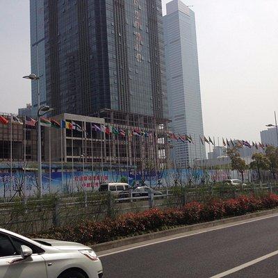 国際的な建物もあります 日本の国旗は掲揚されず