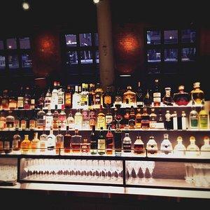 Un choix très vaste d'alcools et de cocktails.