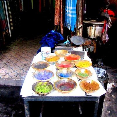 Марракеш. Краски для тканей на рынке.