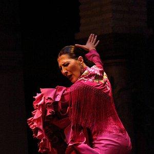Женщина танцует фламенко. Концерт в пять часов вечера.