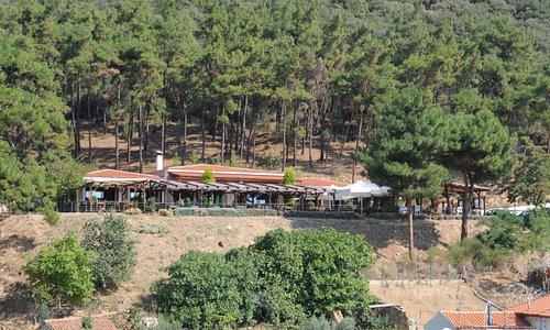 Χτισμένο στους πρόποδες του βουνού με θέα τον κάμπο