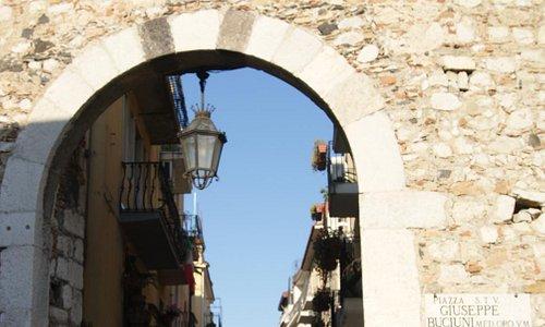 Ворота Porta Catania в Таормине...