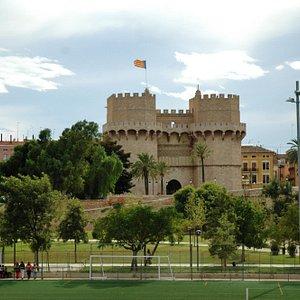 Valencia: torres de Serranos; panorama