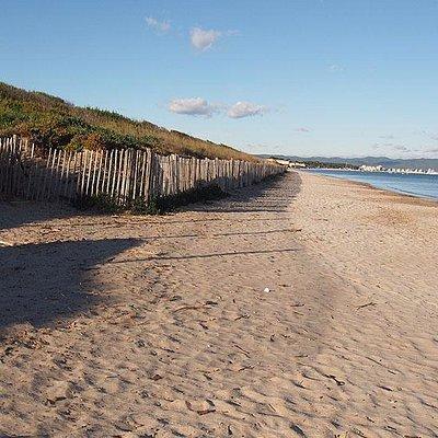 Belle plage vide en hiver
