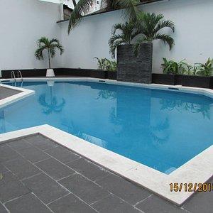 Hotel con moderna y amplia piscina