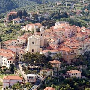 ecco una veduta dello splendido borgo medioevale di Diano Castello