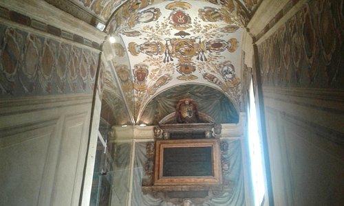 Statua del primo chirurgo plastico; tavolo anatomico; scalone di accesso; cortile interno.