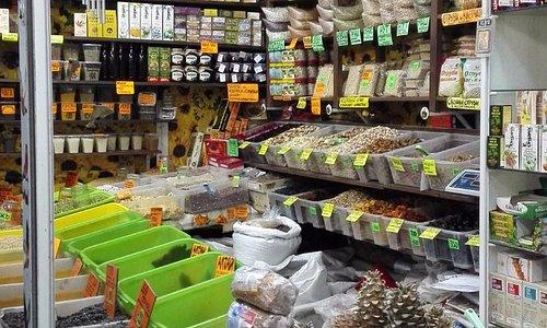 Центральный рынок, большой выбор орехов.