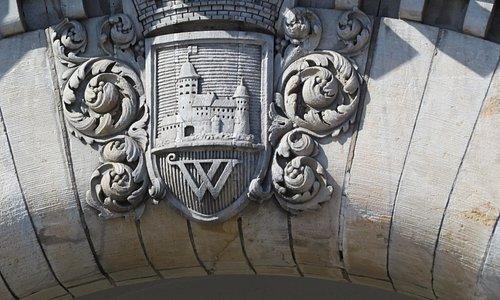 Герб Выборга на фасаде рынка