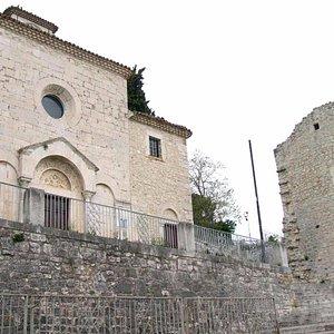 La chiesa in cima ad una rampa di scale