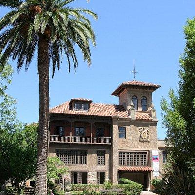 Es un conjunto de edificios con un jardín botánico que recoge actualmente la casa de cultura de