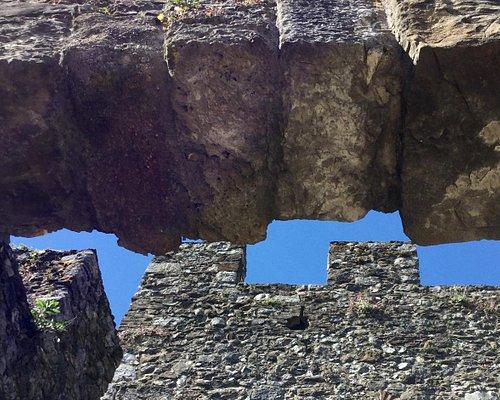 Volta dell'entrata nel castello appoggiata ai merli dello stesso. (Interpretazione fotografica)