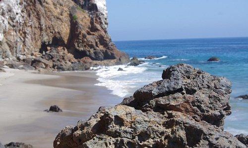 Tranquillité dans la crique de l'autre côté des rochers de Westward Beach (Malibu)