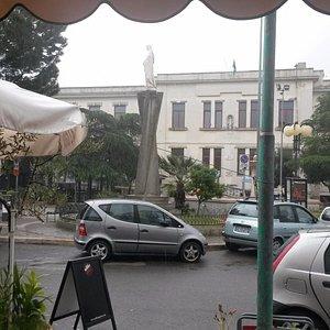 Desde el AGORA CAFFE la vista hacia la calle,se ve la plaza,y el dia bien gris lluvioso y frio q