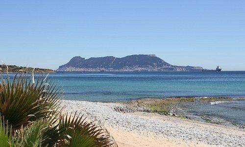 La vue sur le rocher de Gibraltar depuis la plage de Getares