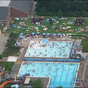 een heerlijke zonnige dag in het openluchtzwembad!