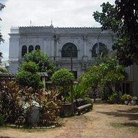 Jardin du musée et vue sur la cathédrale