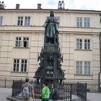 памятник Карлу