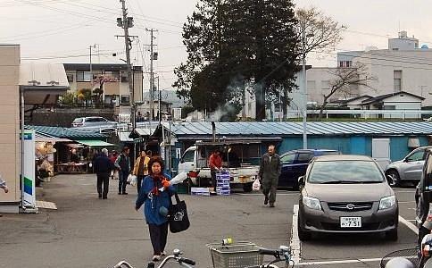 駐車場から市場の入り口方向