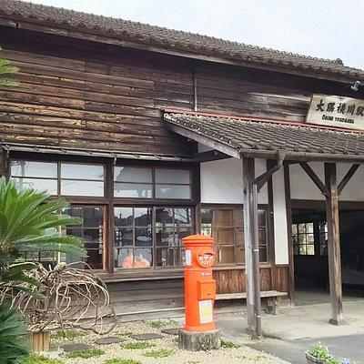 大隅横川駅。肥薩線の中で嘉例川駅と同じくもっとも古い木造の駅舎で、単線の無人駅。第二次世界大戦の時に機銃掃射を受けた弾痕が今も残っている。