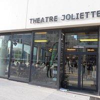 """L'entrée du Théâtre le 23 avril 2016 avant la représentation de la pièce d'Howard Barker """"Le cas"""