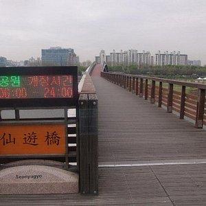 橋の入口の様子