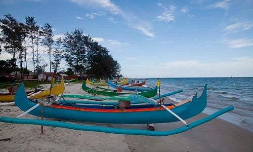 Perahu nelayan bersandar di bibir pantai Serdang, Manggar, Belitung Timur, Indonesia.