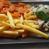 Paupiettes de dinde sauce forestière frites et carottes. ... un délice