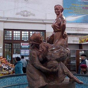 скульптура в центре зала