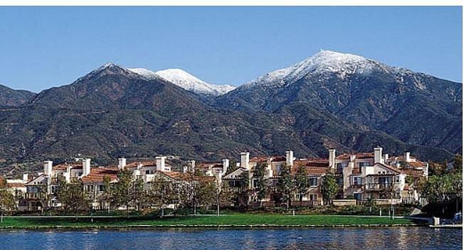 Pemandangan indah ke arah Santa Ana Mountains