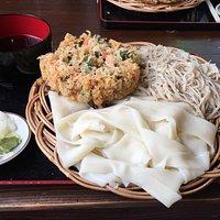 蕎麦とひもかわうどんと天ぷらの「織部」と言うメニューを頂きました! めちゃめちゃ大きくて食べきれなかったので、女性や男性でも少食の方は小さいサイズがオススメです!